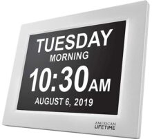 Day Clock - Reloj Digital Grande, Sin Abreviaturas, Para Ancianos y Pacientes con Demencia - 5 Opciones de Alarmas y Recordatorios de Medicamentos - 1 Año de Garantia (White)