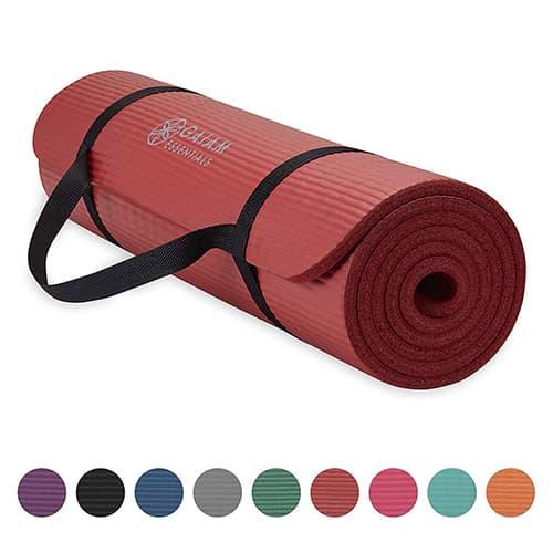 Gaiam Essentials - Esterilla de Yoga Gruesa con Correa de Transporte para Esterilla de Yoga (72 Pulgadas de Largo x 24 Pulgadas de Ancho x 2 Pulgadas de Grosor)
