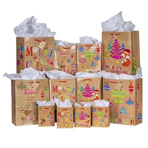 Besti - Juego de 28 bolsas de regalo para día festivo, 4 pequeñas, 4 medianas, 4 grandes bolsas de papel café para regalos de varios tamaños, 4 hojas de papel de regalo para caja de regalo, 4 hojas de papel de seda, cintas rojas, asas, tarjetas