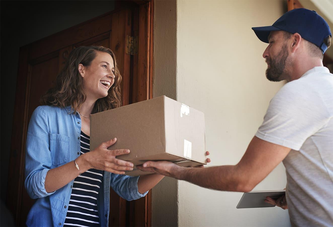 entregando un paquete comprado en linea